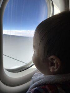 そもそもいつから大人1人で双子を飛行機に乗せられるの?