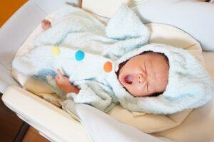 ネムリラであくびをする新生児
